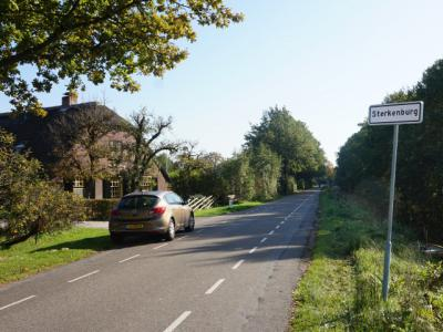 De Driebergse buurtschap Sterkenburg heeft in 2017 plaatsnaamborden gekregen. De Doornse buurtschap Sterkenburg is in hetzelfde jaar hernoemd in Nieuw Sterkenburg om de verwarring tussen beide buurtschappen op te heffen. (© H.W. Fluks)