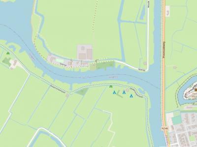 Buurtschap Stierop ligt grotendeels in het Z van het eiland waar ook het dorp De Woude ligt. Enkele panden Z daarvan, waaronder het Scoutingcentrum, liggen ook aan de weg Stierop en vallen daarom kennelijk ook nog onder de buurtschap. (© OpenStreetMap.org