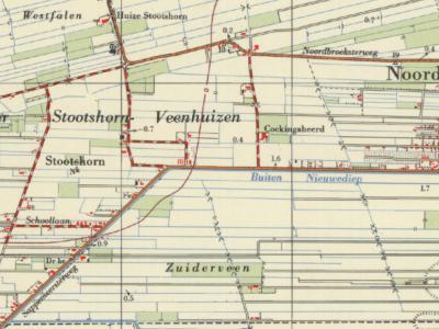 De buurtschap Stootshorn betreft het W buitengebied van het dorp Noordbroek. De Gockingaheerd was tot 1852 de buitenplaats Veenhuizen. Aan de Schoollaan stond de lagere school. W daarvan, aan de Dwangsweg, was de Hervormde Evangalisatie. (© Kadaster)