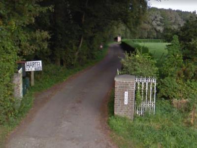 Het opschrift op deze paal aan de doodlopende zijweg van de Hartelweg, die eveneens Hartelweg heet, alsmede een door de aanwonenden zelf gemaakt bord, suggereren dat zich hier een landgoed Hartel bevindt. Vooralsnog kunnen wij daar niets over vinden.