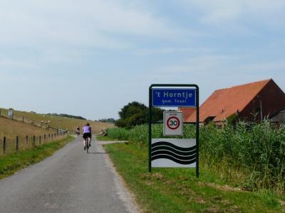 Buurtschap 't Horntje heeft een eigen bebouwde kom, maar valt voor de postadressen onder het dorp Den Hoorn. (© H.W. Fluks)