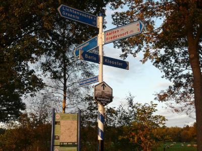 Buurtschap 't Klooster wordt in de omgeving heel attent aangegeven met in ieder geval 1 richtingwijzer. Ter plekke staan geen plaatsnaamborden, zodat je wel ziet waar je heen moet, maar niet ziet wanneer je er bent aangekomen. Da's dan weer minder attent.
