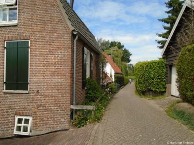 Buurtschap 't Zand is door de uitbreiding van de dorpskern van Sleeuwijk aan die dorpskern vastgegroeid, maar ligt wel aan de buitenrand van het dorp en heeft haar landelijk karakter behouden, waardoor het nog altijd als buurtschap kan worden beschouwd.