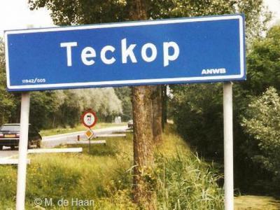 Bij de buurtschap Teckop hebben vroeger plaatsnaamborden gestaan. De foto dateert uit 1999. De plaatsnaamborden zijn op enig moment verdwenen, zodat je nu alleen nog aan de gelijknamige straatnaambordjes kunt zien dat je in de buurtschap bent aangekomen.