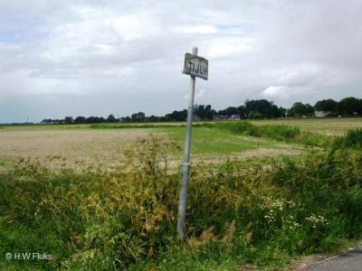 Aan de oprit naar boerderij Tijum op Winsumerstraatweg 4, Z van Winsum, staat een plaatsnaambordje Tijum. Dat lijkt wat overdreven, een plaatsnaambordje voor een pand, maar de twee panden aan de andere kant van de weg horen ook nog bij de buurtschap.