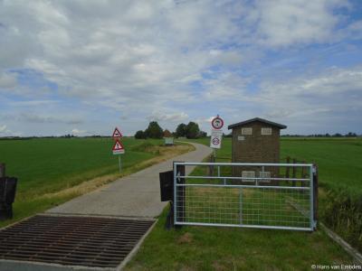 Ze zijn vast heel gastvrij in buurtschap Tolsum, maar op het eerste gezicht lijkt het een 'gated community', waar je niet door het hek en rooster-met-valluik-met-krokodillen komt voor je je pasje aan de portier in het wachthokje hebt laten zien. ;-)