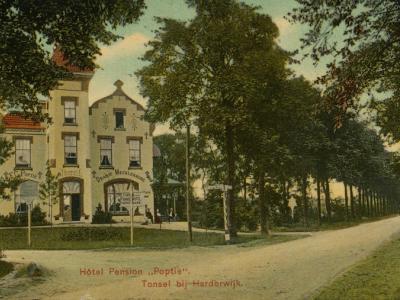 De buurtschap Tonsel lag vroeger ook nog N van de huidige A28. In dat gebied stond en staat bijv. nog altijd het vroegere Hotel-Pension Oranje Mecklenburg, ook wel Poptie, vanouds Tonsel 125a aan de Kleine Grindweg, later Nassaulaan 1, nu Oranjelaan 31.