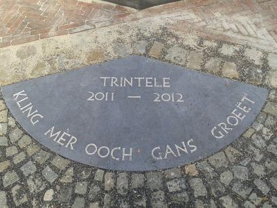 In 2011/2012 is het Putplein in buurtschap Trintelen prachtig heringericht, met o.a. deze steen met inscriptie 'Trintele 2011-2012/Kling mèr ooch gans groeët'. Bedenker van deze slogan en ook fotograaf van deze foto is oud-inwoner Diana Scheilen.