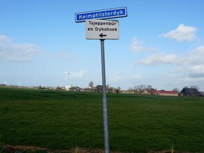In de omgeving van buurtschap Tsjeppenbûr staat de plaatsnaam op de richtingbordjes goed gespeld. Zoals hier in buurtschap Hatsum. (© H.W. Fluks)