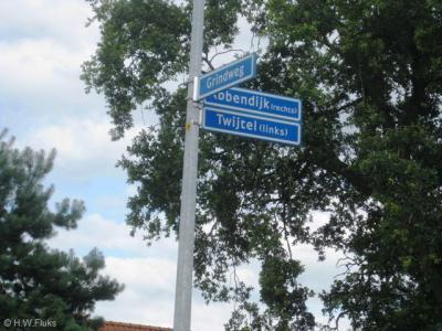 De weg Z van de kruising in Twijtel heeft twee namen en wordt met straatnaambordjes keurig als zodanig aangegeven.