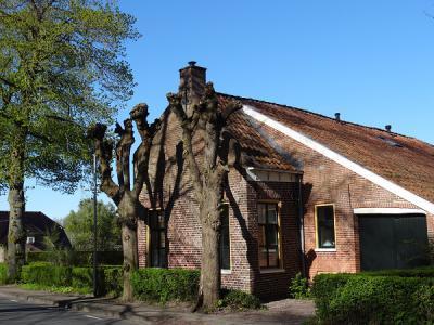 Een van de vele monumentale panden in Uiterburen, een buurtschap aan de gelijknamige weg tussen Noordbroek en Zuidbroek. (© https://groninganus.wordpress.com)
