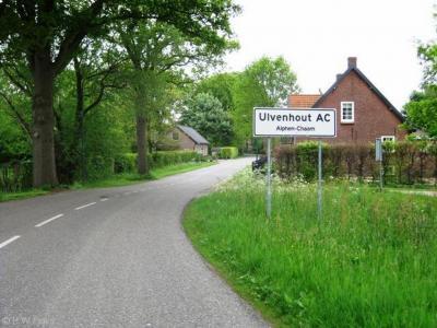 Als je vanuit het dorp Uvenhout de buurtschap Geersbroek binnenkomt, over de Anneville-laan, staat er een plaatsnaambord met de plaatsnaam Ulvenhout AC. Hoe dat zit, kun je lezen in het hoofdstuk Status.