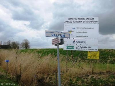 De plaatsnaam Valcum wordt tegenwoordig met een c gespeld, getuige dit plaatsnaambordje dat er in ieder geval al sinds 2010 staat. Voorheen werd het met een k gespeld.
