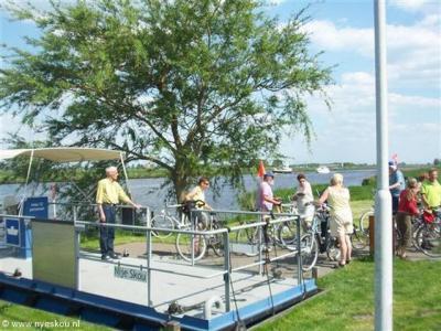 Na 35 jaar afwezigheid is in 2006 de fietspont (met theeschenkerij) Nije Skou (Vegelinsoord-Akkrum v.v.) in ere hersteld.