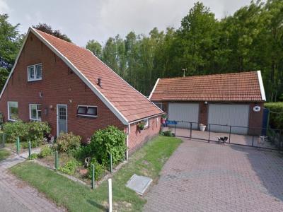 Rond 1922 wordt aan de Verbindingsweg in Veelerveen een buurtje met veenarbeiderswoningen gebouwd, ontworpen door architect M.J. Granpré Molière. Bijzonder is dat ze zeer breed en zeer ondiep zijn. Waarom dat zo is, lees je onder Geschiedenis. (© Google)