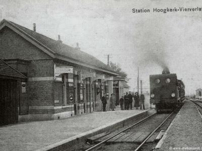 Vierverlaten heeft van 1866 tot 1951 een halte gehad aan de spoorlijn Harlingen-Nieuweschans. Het stationsgebouw, uit 1902, is in 1984 afgebroken. Deze ansichtkaart dateert uit 1900-1910, dus het station was toen nog maar net gereed.
