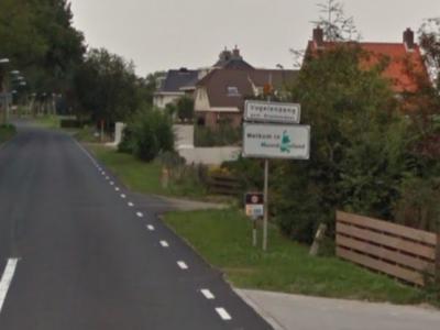 De dorpskern van Vogelenzang is uiteraard een bebouwde kom met - dus - blauwe plaatsnaamborden. Maar het dorp heeft ook nog een omvangrijk buitengebied, buiten de bebouwde kom dus, dat daarom wordt aangegeven met witte plaatsnaamborden. Keurig! (© Google)
