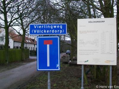De buurtschap Völckerdorp heeft een straatnaambordje en plaatsnaambordje ineen
