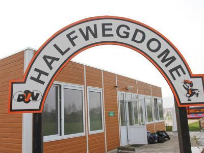 Het sportpark van Vriendenkring DVV (De Vrolijke Verliezers) in buurtschap Voor-Beltrum heet HalfwegDôme, naar de ligging nabij buurthuis voorheen café Halfweg. In 2016 is de kleedruimte vernieuwd, zodat het weer helemaal aan de eisen des tijds voldoet.