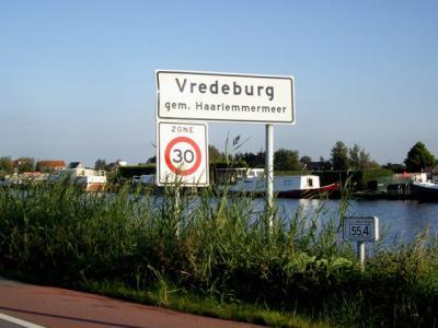 Als je Vredeburg zegt, denkt iedereen - zeker degenen in de provinicie Utrecht - aan het bekende, bijna gelijknamige Vredenburg in het centrum van Utrecht, maar het is, weliswaar zonder n in het midden, ook een buurtschap in de gemeente Haarlemmermeer.