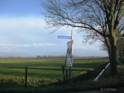 De buurtschap Vuurbaken heeft geen plaatsnaamborden, zodat je slechts aan de gelijknamige straatnaambordjes kunt zien dat je er bent aangekomen.