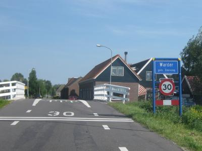 Warder is een dorp in de provincie Noord-Holland, in de streek Waterland, gemeente Edam-Volendam. Het was een zelfstandige gemeente t/m 31-7-1970. Per 1-8-1970 over naar gemeente Zeevang, in 2016 over naar gemeente Edam-Volendam. (© H.W. Fluks)
