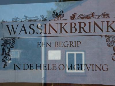 Buurtschap Wassinkbrink is een begrip in de hele omgeving, aldus de poster die aan de muur hangt in de schuur van de familie Eelderink, waar het jaarlijkse Buurtfeest wordt gehouden.