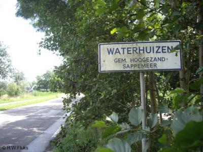 Waterhuizen is een kleine buurtschap, maar is toch deels een officiële woonplaats, d.w.z. dat men in dat deel voor de post ook echt in Waterhuizen woont en niet in een nabijgelegen dorp, zoals bij de meeste buurtschappen het geval is.
