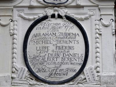 Gevelsteen, met daarin de namen van de bouwheren van de in 1776 gebouwde kerk van Westerlee (© Harry Perton/https://groninganus.wordpress.com)