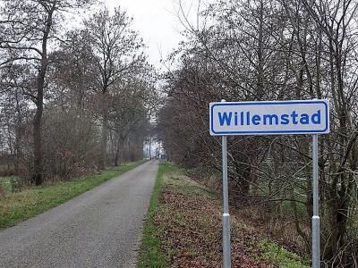 """""""Buurtschap Willemstad bij Marum heeft fonkelnieuwe plaatnaambordjes. Er zit nog geen vogelpoepje op"""", constateert de fotograaf tijdens zijn fietstocht door de regio op 27 december 2018. (© Harry Perton/https://groninganus.wordpress.com)"""