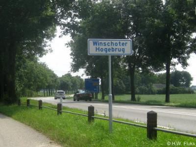 De buurtschap Winschoter Hoogebrug is sinds juli 2013 aan de Bellingwedder kant weer herkenbaar middels plaatsnaambordjes.