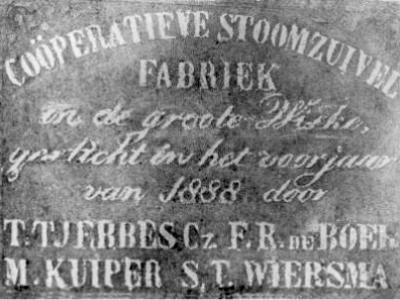 Groote Wiske heeft eind 19e eeuw korte tijd een coöperatief stoomzuivelfabriekje gehad. Het pand is helaas afgebroken. De gedenksteen bevindt zich in museum Warkums Erfskip te Workum. (© https://historisch.koudum.nl/)