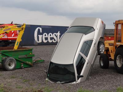 """Deze auto op het terrein van een bedrijf bij Wittewierum neemt het gezegde """"je kop in het zand steken"""" wel heel letterlijk. Het lijkt ons sterk dat dit een 'ongelukje' is geweest, dus kennelijk is het een kunstwerk? (© https://groninganus.wordpress.com)"""