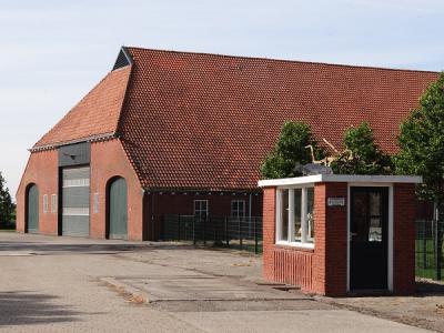 De schuur van de centrale boerderij in de Johannes Kerkhovenpolder, O van Woldendorp, met op de voorgrond een weegbrug (© Harry Perton/https://groninganus.wordpress.com)