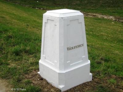 De buurtschap Wolferen heeft geen plaatsnaambord, maar, net als buur-buurtschap Loenen, een fraaie 'plaatsnaamsteen'