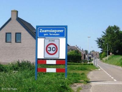 Zaamslagveer heeft in tegenstelling tot de meeste andere buurtschappen, die doorgaans slechts verspreide bebouwing kennen, een eigen bebouwde kom, met deels 30 km-zone.
