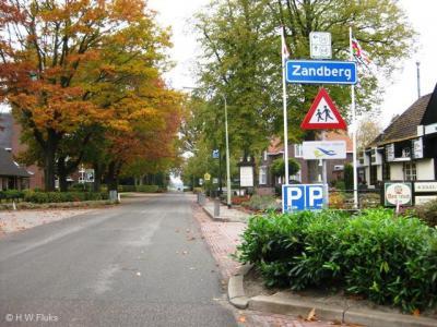 Soms is het lastig wat in de praktijk tot een bepaald dorp valt te rekenen. Het formele deel van dorp Zandberg is piepklein en ligt in Drenthe. Een veel groter deel ligt aan de Groningse kant, maar ligt voor de post 'in' Musselkanaal en Ter Apelkanaal...