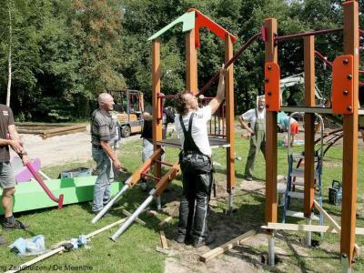 Zandhuizen, na de sluiting van de basisschool, in 2006, wilde men toch weer een gemeenschappelijk ontmoetingspunt in het dorp realiseren. Daartoe hebben de inwoners met veel eigen inzet in 2013 een speeltuin met jeu de boulesbaan aangelegd.