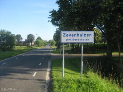 De buurtschap Zevenhuizen heeft sinds 2012 plaatsnaamborden, zodat je nu tenminste kunt zien dat het een buurtschap is en niet zomaar wat boerderijen 'in' Hoogland of Bunschoten, en je kunt eraan zien wanneer je de buurtschap binnenkomt en weer verlaat.