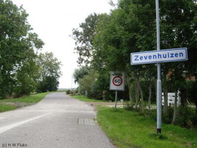 Buurtschap Zevenhuizen bij Zandeweer zal, gezien de naamgeving, oorspronkelijk 7 huizen hebben omvat. Later zijn het er 8 geweest, en tegenwoordig zijn het er wederom 7.