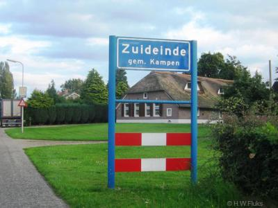 De buurtschap Zuideinde is een leuk grensgevalletje: het grootste deel van de buurtschap ligt in de provincie Overijssel, streek Salland, gemeente Kampen, formele ahum 'woonplaats' Kamperveen. Voor verdere toelichting zie kopje Status.