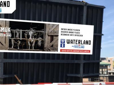 De VVV in Zuidwest-Fryslân zet de regio op de kaart als 'Waterland van Friesland'. N.a.v. een 'brugdoek fotowedstrijd' van de VVV in 2020 kun je nu genieten van 20 prachtige levensgrote foto's onder 20 geopende bruggen in de regio. Zie het hoofdstuk Beeld