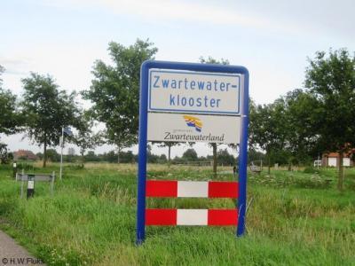Op in ieder geval een van de plaatsnaamborden in de buurtschap Zwartewatersklooster heeft jarenlang een spelfout gestaan (hier op een foto uit 2009)